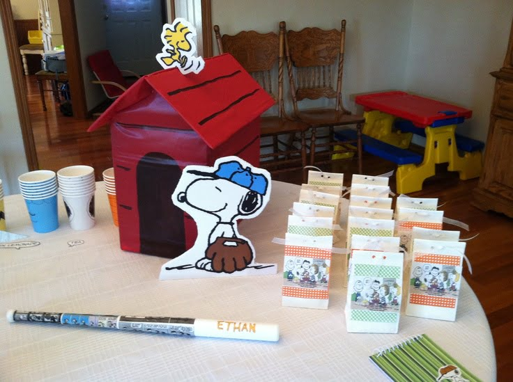 Snoopy Baby Shower Gift Table Decoration Ideas